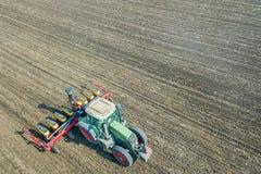 Agricoltore che semina i raccolti al campo Semina della vista aerea Immagine Stock Libera da Diritti
