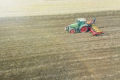 Agricoltore che semina i raccolti al campo Semina della vista aerea Immagini Stock Libere da Diritti