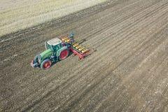 Agricoltore che semina i raccolti al campo Semina della vista aerea Immagine Stock