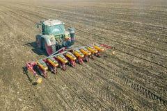 Agricoltore che semina i raccolti al campo Semina della vista aerea Fotografia Stock