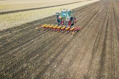 Agricoltore che semina i raccolti al campo Semina della vista aerea Fotografia Stock Libera da Diritti