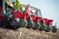Agricoltore che semina i raccolti al campo sul cielo blu Fotografia Stock