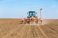 Agricoltore che semina la soia con la seminatrice pneumatica Fotografia Stock