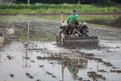 Agricoltore che si siede in un trattore Fotografie Stock
