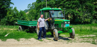 Agricoltore che sta davanti al trattore Fotografia Stock