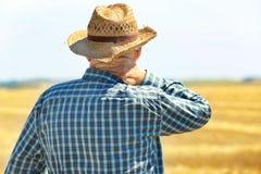 Agricoltore che sta nel campo Immagini Stock Libere da Diritti