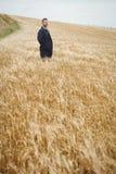 Agricoltore che sta nel campo Immagine Stock Libera da Diritti
