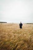 Agricoltore che sta nel campo Fotografia Stock
