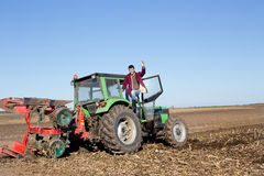 Agricoltore che sta sul trattore Immagine Stock Libera da Diritti