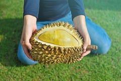 Agricoltore che tiene il durian nel giardino del durian Immagini Stock