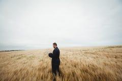 Agricoltore che utilizza compressa digitale nel campo Fotografia Stock