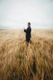 Agricoltore che utilizza compressa digitale nel campo Fotografie Stock