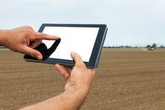Agricoltore che utilizza il computer della compressa nel campo coltivato agricolo W Fotografia Stock Libera da Diritti