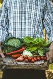 Agricoltore con alimento biologico Fotografia Stock Libera da Diritti