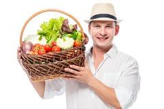 Agricoltore con esperienza felice con un raccolto delle verdure in un baske Immagini Stock Libere da Diritti