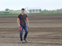 Agricoltore con i germogli nel campo Fotografie Stock