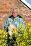 Agricoltore con i polli Immagini Stock