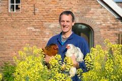 Agricoltore con i polli Fotografia Stock