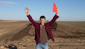 Agricoltore con i trattori sul campo Immagini Stock Libere da Diritti