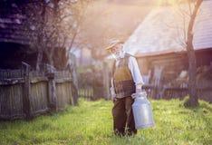 Agricoltore con il bollitore del latte Immagine Stock Libera da Diritti