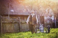 Agricoltore con il bollitore del latte Immagini Stock Libere da Diritti