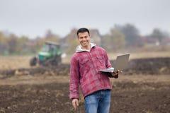 Agricoltore con il computer portatile Fotografia Stock Libera da Diritti