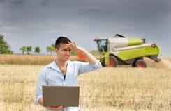 Agricoltore con il computer portatile Fotografia Stock