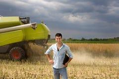 Agricoltore con il computer portatile nel campo Immagini Stock Libere da Diritti