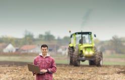 Agricoltore con il computer portatile nel campo Fotografie Stock Libere da Diritti