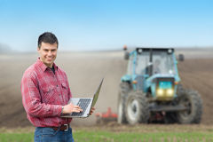 Agricoltore con il computer portatile nel campo Immagine Stock Libera da Diritti
