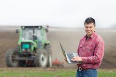 Agricoltore con il computer portatile sul campo Fotografia Stock Libera da Diritti