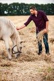 Agricoltore con il suo cavallo Fotografia Stock