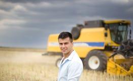Agricoltore con l'associazione nel fondo Fotografia Stock Libera da Diritti