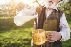Agricoltore con la brocca di latte Fotografie Stock Libere da Diritti