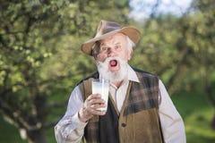 Agricoltore con la brocca di latte Fotografia Stock Libera da Diritti