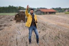 Agricoltore con la compressa nel campo Fotografia Stock