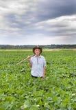 Agricoltore con la forcella nel giacimento della soia Fotografia Stock Libera da Diritti