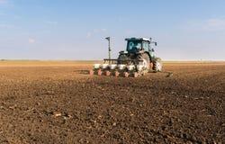 Agricoltore con la semina del trattore - la semina della soia pota alla f agricola Fotografia Stock