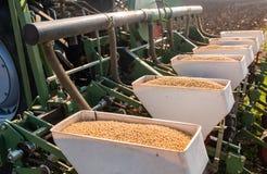 Agricoltore con la semina del trattore - la semina pota al campo agricolo Fotografia Stock