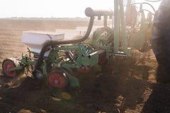 Agricoltore con la semina del trattore - la soia della semina pota alla f agricola Fotografia Stock