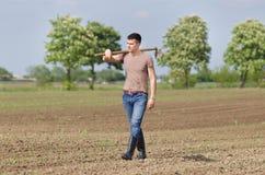 Agricoltore con la zappa Fotografia Stock Libera da Diritti