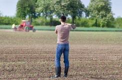 Agricoltore con la zappa Immagine Stock