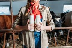 Agricoltore con latte fresco nella stalla Immagini Stock Libere da Diritti