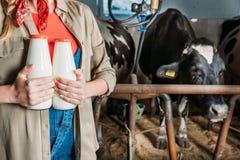 Agricoltore con latte fresco nella stalla Immagine Stock