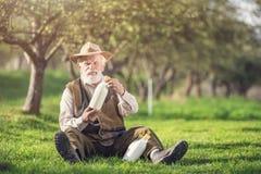 Agricoltore con le bottiglie per il latte Fotografia Stock Libera da Diritti