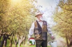 Agricoltore con le bottiglie per il latte Immagini Stock Libere da Diritti
