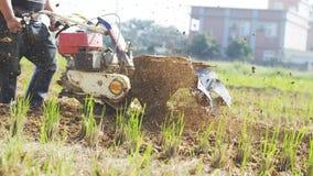 Agricoltore con un motore-coltivatore Immagine Stock Libera da Diritti