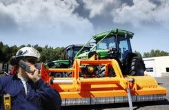 Agricoltore davanti al trattore gigante Fotografie Stock Libere da Diritti