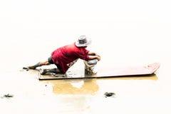 Agricoltore del cuore edule che si siede sul bordo mentre raccolga i cuori edule Fotografia Stock Libera da Diritti