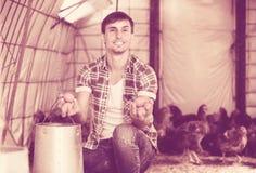 Agricoltore del giovane che tiene le uova fresche Fotografie Stock